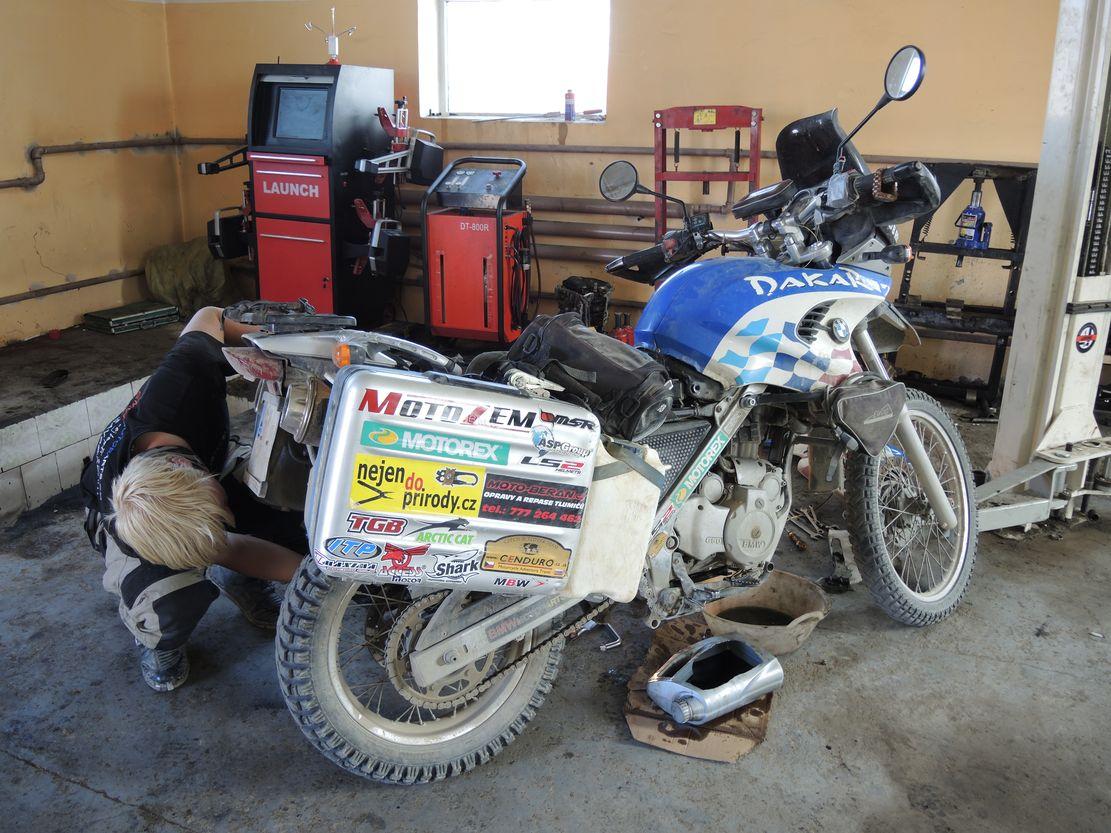 Oprava vodní pumpy v Mongolsku
