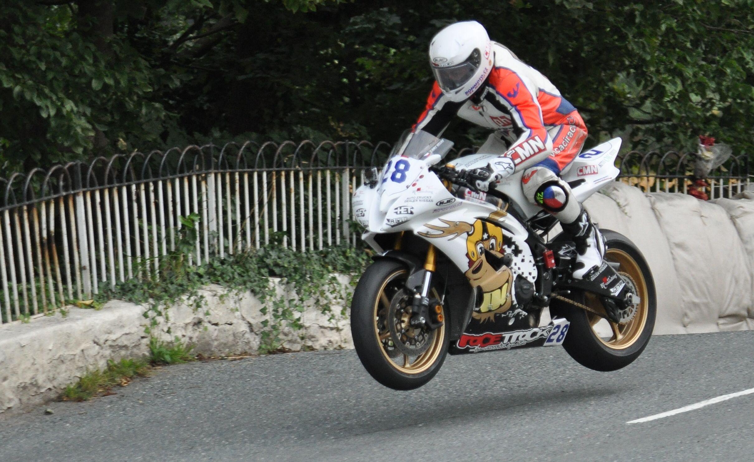 Kamil letí vzduchem ke svému vítězství v Manx Grand Prix na ostrově Man