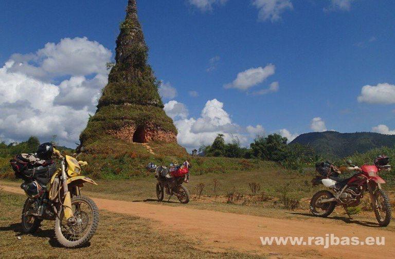 Laos a Rajbas, na motorce, kolama dolu